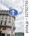 スペインビルバオの街並み 一方通行の標識とあずき色とクリーム色の壁の建物 32792730