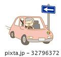 一方通行を逆走する高齢者ドライバー 32796372