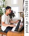 ピアノを弾く男性  32796388