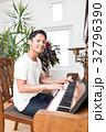 ピアノを弾く男性  32796390