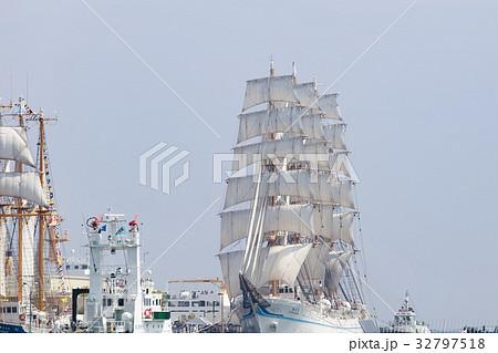 神戸帆船フェスタでセイルドリルした海王丸と「みらいへ」 32797518