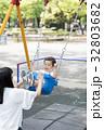 ブランコで遊ぶ男の子 32803682