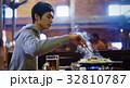 ジンギスカンを味わう男性 32810787