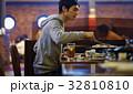 ジンギスカンを味わう男性 32810810