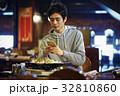 ジンギスカンを味わう男性 スマホ 撮影 32810860