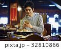 ジンギスカンを味わう男性 スマホ 撮影 32810866