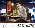 ジンギスカンを味わう男性 スマホ 撮影 32810870