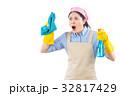 クリーニング 清掃中 女性の写真 32817429