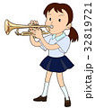 トランペットを吹く女子生徒 32819721