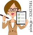 ビジネスウーマン チェックリスト 確認 笑顔 眼鏡 32827581