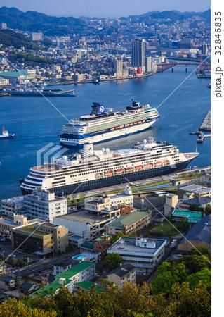 鍋冠山 客船入港(2隻)と長崎港の風景 32846835