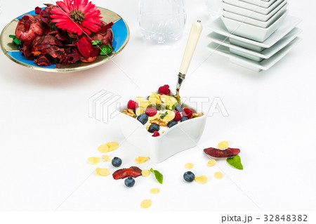 Corn flakes yogurt, honey, walnuts and blueberries 32848382