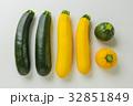 夏野菜 緑と黄色のズッキーニ 32851849