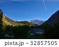 パキスタンのグルミットから見たパスー方面のカテドラルピーク 青空とひこうき雲  32857505