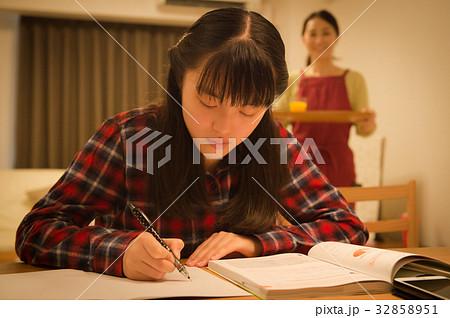 受験勉強する女の子と母親 32858951