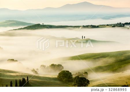 The fairytale foggy landscape of Tuscan fields 32868993