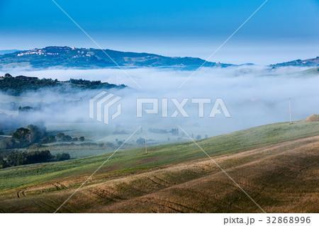The fairytale foggy landscape of Tuscan fields 32868996