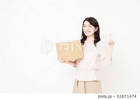 引越し 宅配便 荷物 女性 新生活 ライフスタイル 32871474