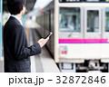 若いビジネスマン(駅-スマホ) 撮影協力「京王電鉄株式会社」 32872846
