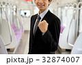 ビジネスマン 電車 車内の写真 32874007