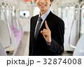 ビジネスマン 電車 車内の写真 32874008