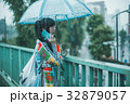 雨 女性 スマホの写真 32879057