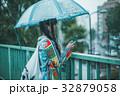 雨 女性 スマホの写真 32879058