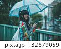 雨 女性 スマホの写真 32879059