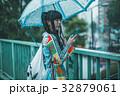 雨 女性 スマホの写真 32879061
