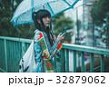 雨 女性 スマホの写真 32879062
