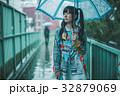 雨 女性 傘の写真 32879069