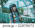 雨 女性 傘の写真 32879073