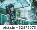 雨 女性 傘の写真 32879075