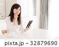 スマートフォン 女性 考えるの写真 32879690