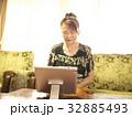 テレビ電話 女性 タブレットの写真 32885493