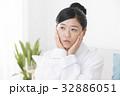 体調不良の女性 32886051