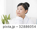 体調不良の女性 32886054