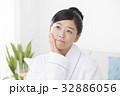 体調不良の女性 32886056