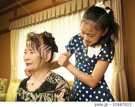 肩たたき(おばあちゃんと小学生) 32887023