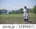 畑で微笑む親子 32890671