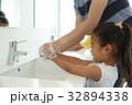 手洗いする子供 32894338