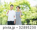 男女カップル(緑背景) 32895230