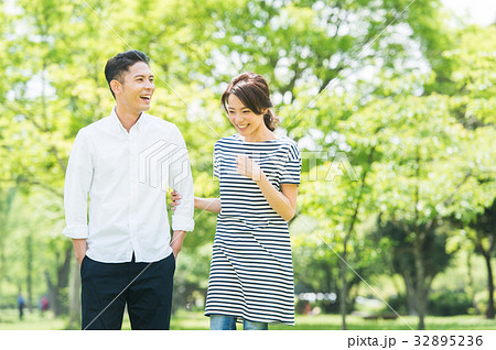 男女カップル(緑背景) 32895236