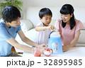 かき氷を作る親子 32895985
