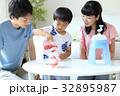 かき氷を作る親子 32895987