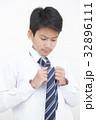 ネクタイを結ぶ学生男の子 32896111