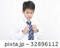 ネクタイを結ぶ学生男の子 32896112