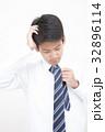 ネクタイ結びに苦戦する学生男の子 32896114