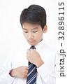 ネクタイを結ぶ学生男の子 32896115