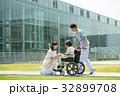 介護 病院 介護士 車椅子 屋外 医療 イメージ 32899708